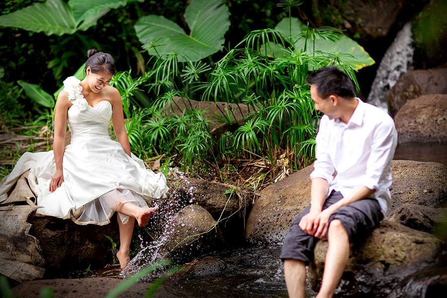 Dipping toes into the water :: Hawaii Wedding Photography